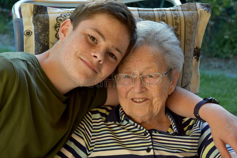 Jag och mormodern, pojke besöker hans stor-mormor royaltyfri foto