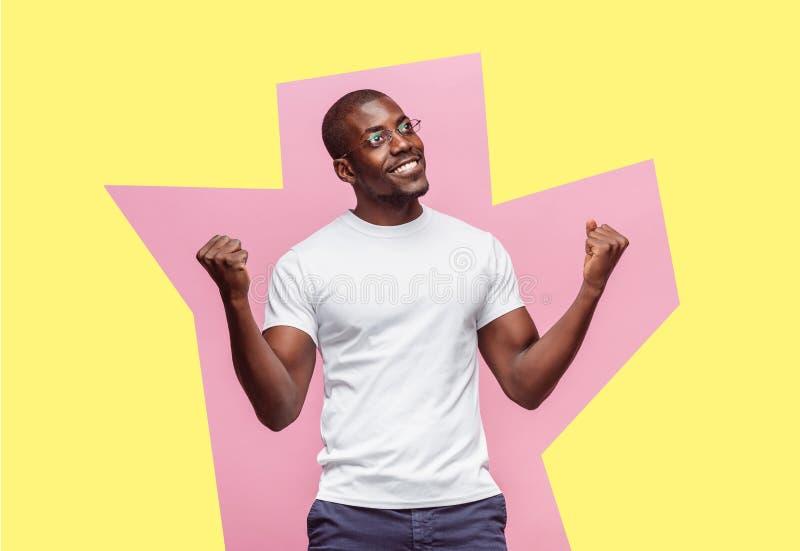 Jag segrade Lycklig man för vinnande framgång som firar vara en vinnare Dynamisk bild av den afro manliga modellen arkivbilder