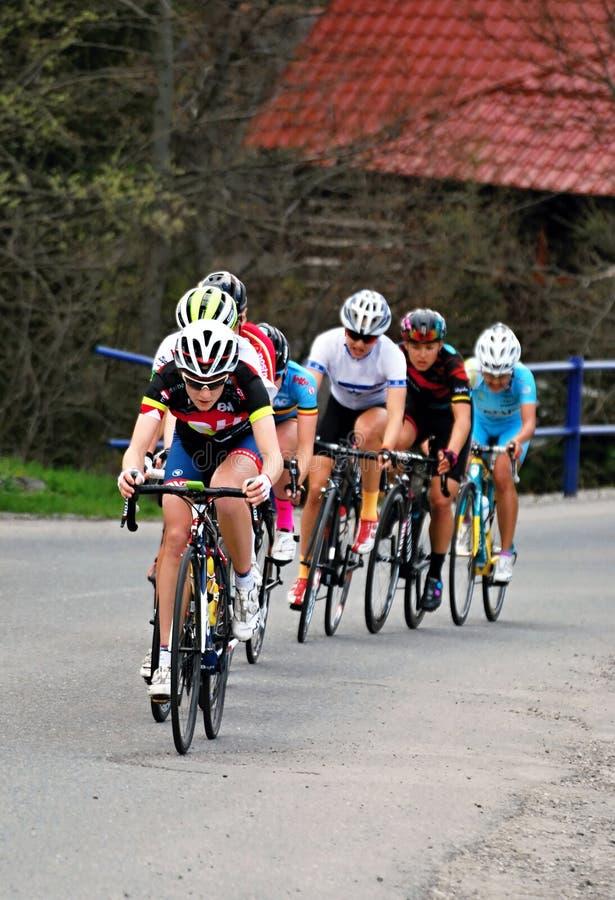 Jaga gruppen under kvinnor som cyklar loppet arkivfoto