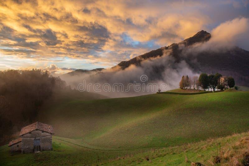 Jaga stationen i dimman royaltyfria foton