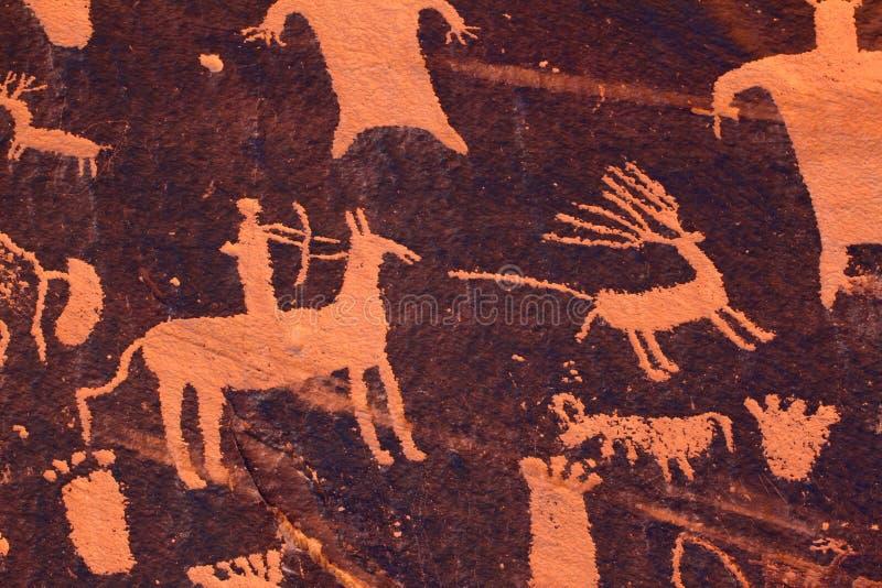 Jagd-Petroglyphe - Zeitungs-Felsen lizenzfreie stockfotos