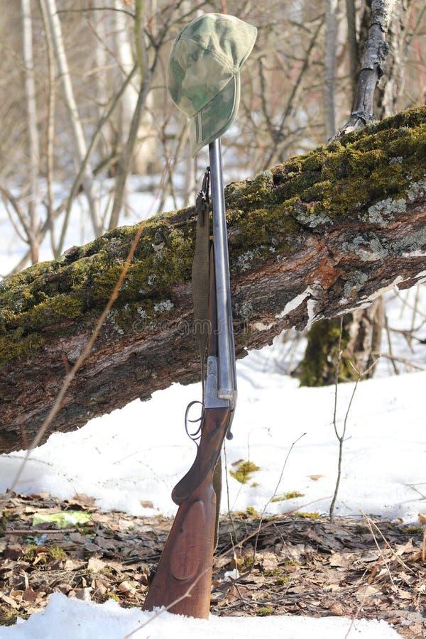 Jagdgewehr und Tarnungskappe lizenzfreie stockbilder