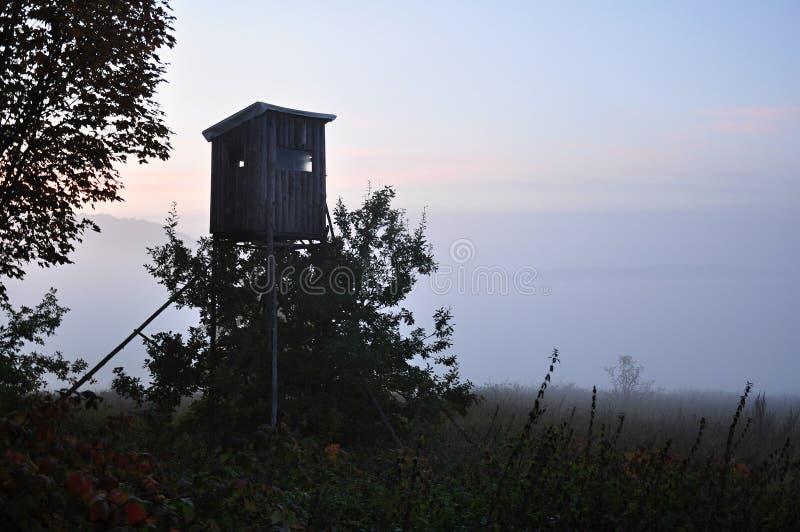 Jagdkontrollturm auf dem Gebiet stockfotografie