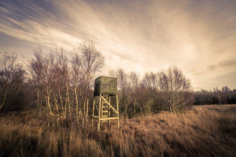 Jagdturm in der rauen Natur stockfotos