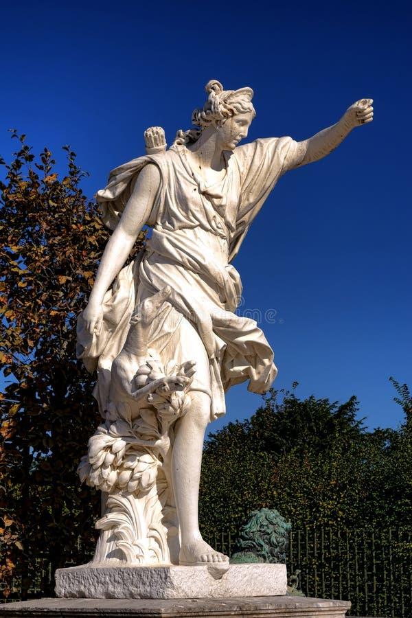 Jagende Diana Statue in het Paleistuinen van Versailles stock fotografie