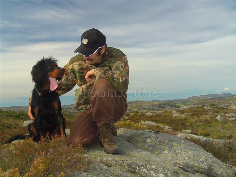 Jager en zijn hond stock afbeeldingen
