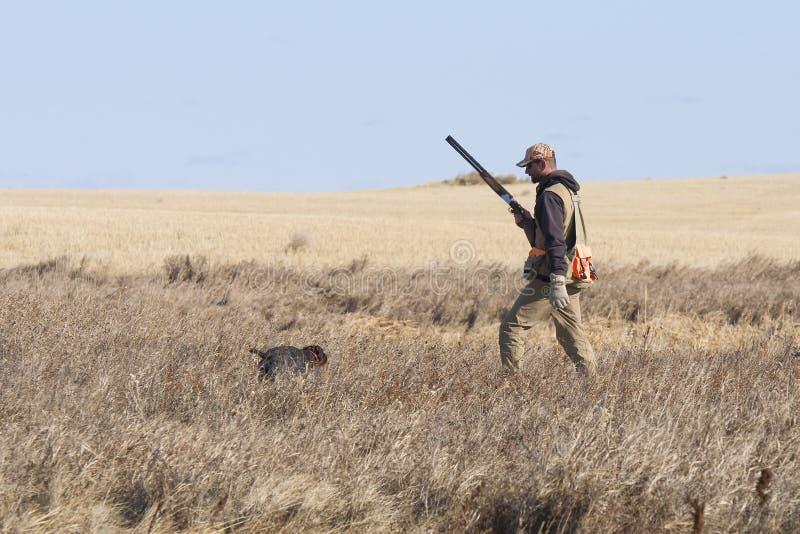 Jager en zijn hond stock foto