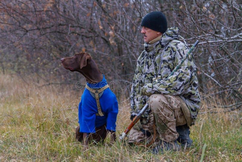 Jager met een hond genoemd Argo-kanon voor royalty-vrije stock foto