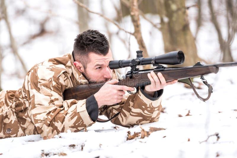 Jager met een sluipschuttergeweer die tijdens open seizoen schieten royalty-vrije stock foto's