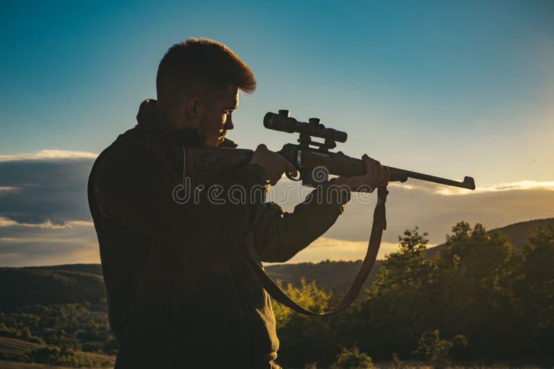 Jager met jachtgeweerkanon op jacht Meest realistische ooit gecreeerd de jachtspel De jachtkanon royalty-vrije stock afbeelding