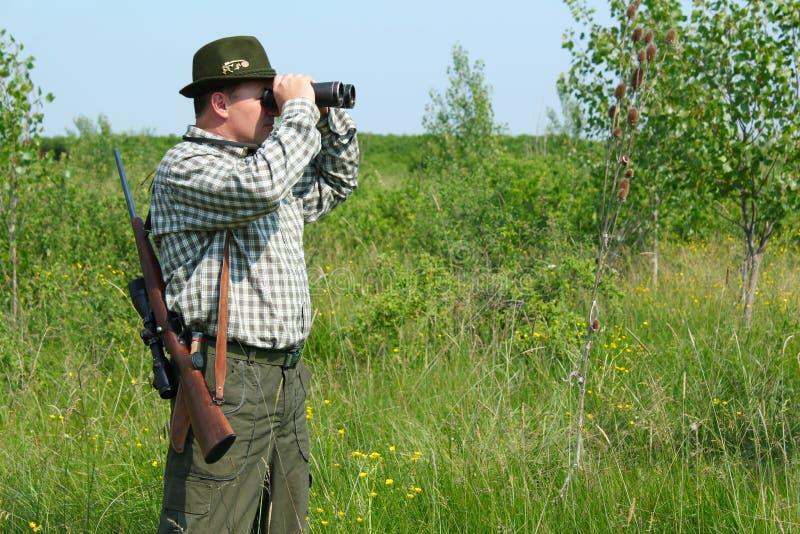Jager met verrekijkers stock afbeelding