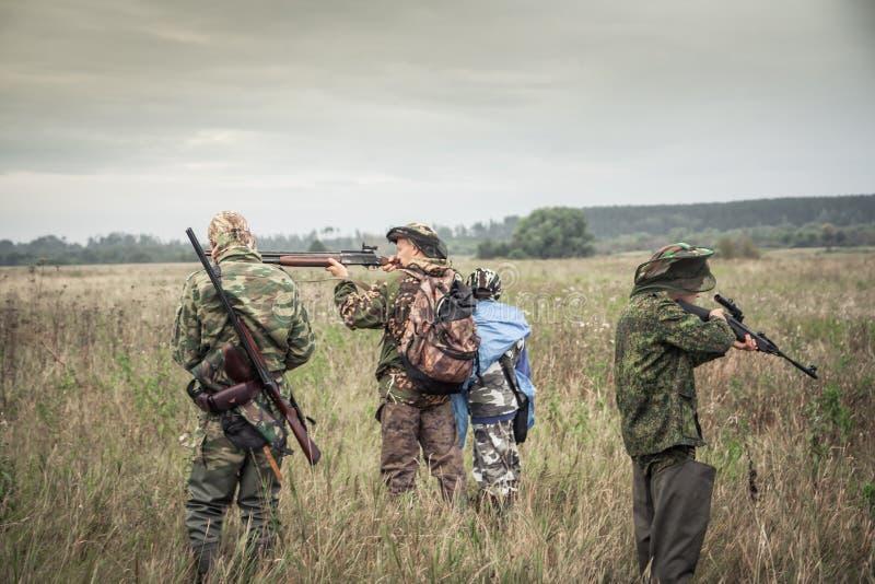 Jagers die voor de jacht op landelijk gebied in donkere dag tijdens jachtseizoen voorbereidingen treffen stock fotografie