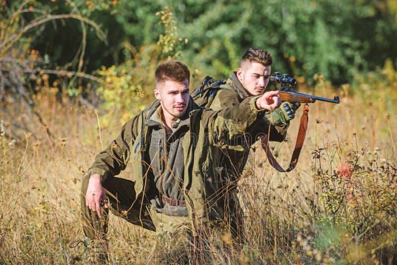 Jagers met geweren in aardmilieu De jagersvriend geniet van vrije tijd op gebied Jagersjachtopzieners die dier zoeken royalty-vrije stock afbeeldingen