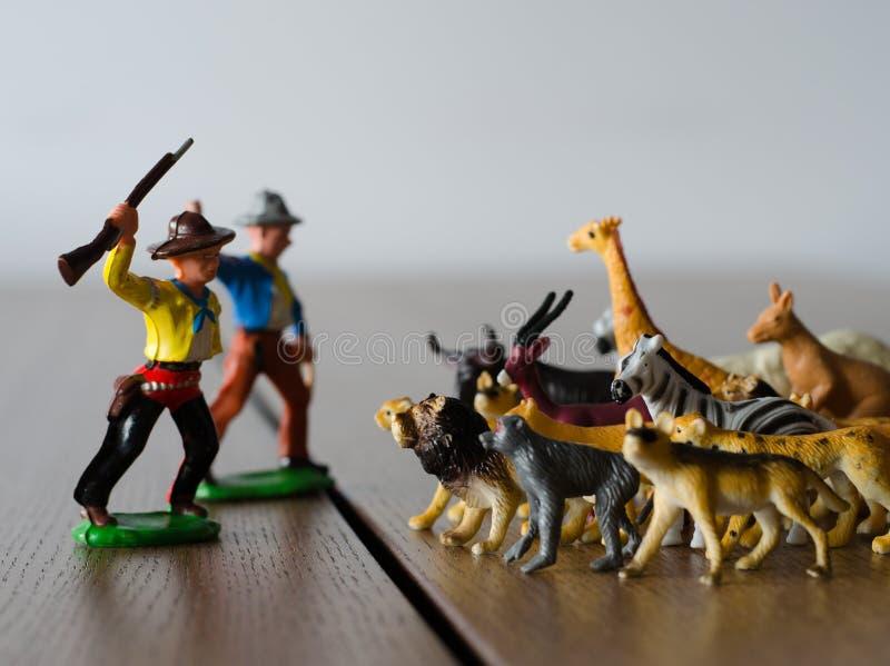 Jagers tegen wilde dieren Miniatuur plastic cijfers Zachte FO stock afbeeldingen