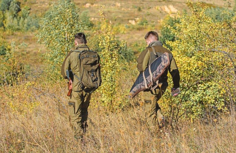 Jagersjachtopzieners die dier of vogel zoeken De jagersvriend geniet van vrije tijd op gebied Hobby voor echt mensenconcept stock foto