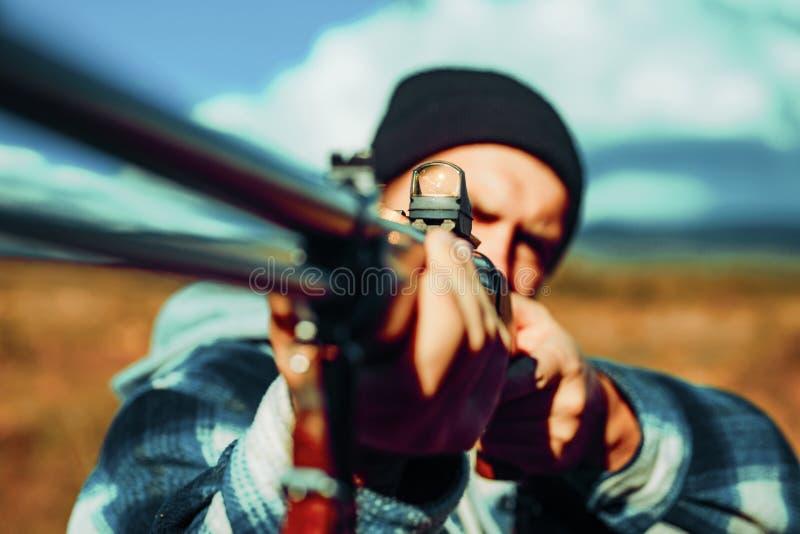 Jagersmens Hunter Target met lasergezicht Het collimeren van gezicht Jager met jachtgeweerkanon op jacht Jager die geweer binnen  royalty-vrije stock foto