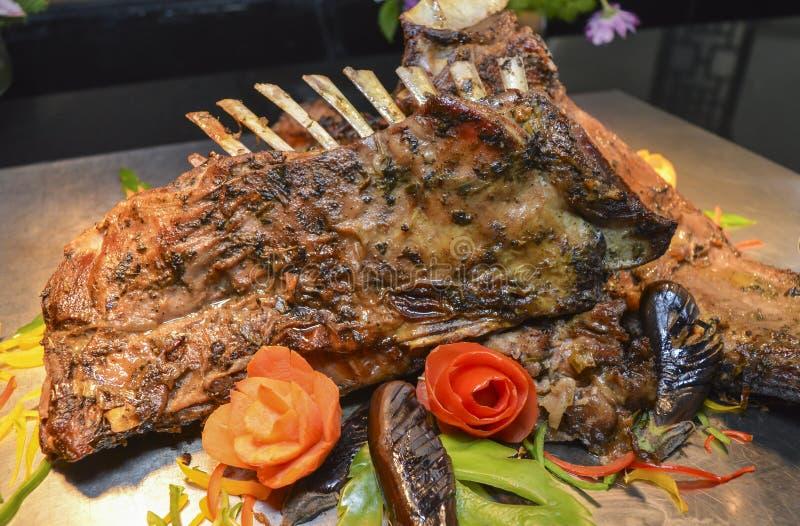 Jagnięcy kotleciki przy restauracyjnym bufeta carvery fotografia royalty free