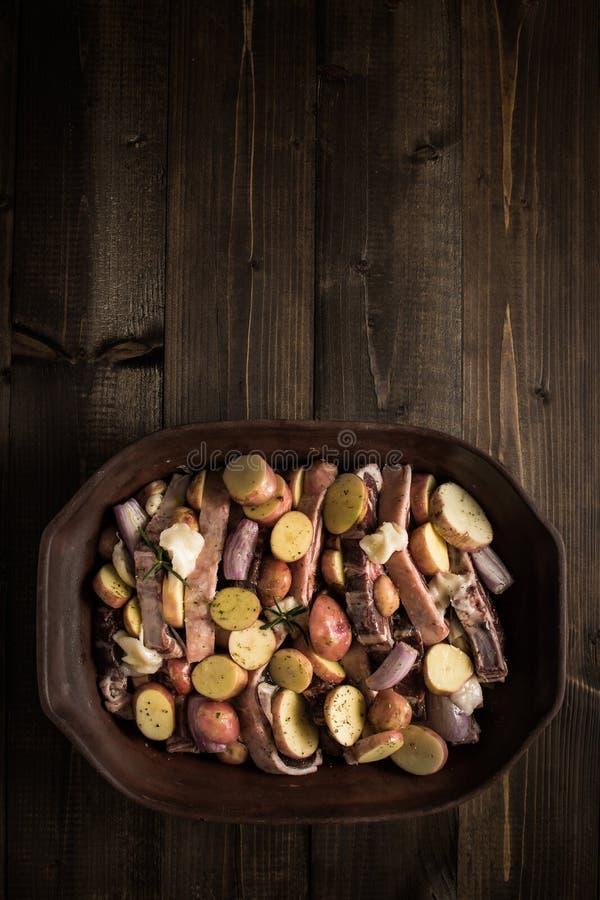 Jagnięcy Loin kotleciki, warzywa Przygotowywający dla Piec i zdjęcie stock