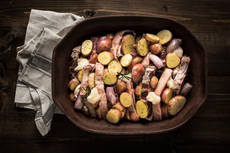 Jagnięcy Loin kotleciki, warzywa Przygotowywający dla Piec i fotografia stock