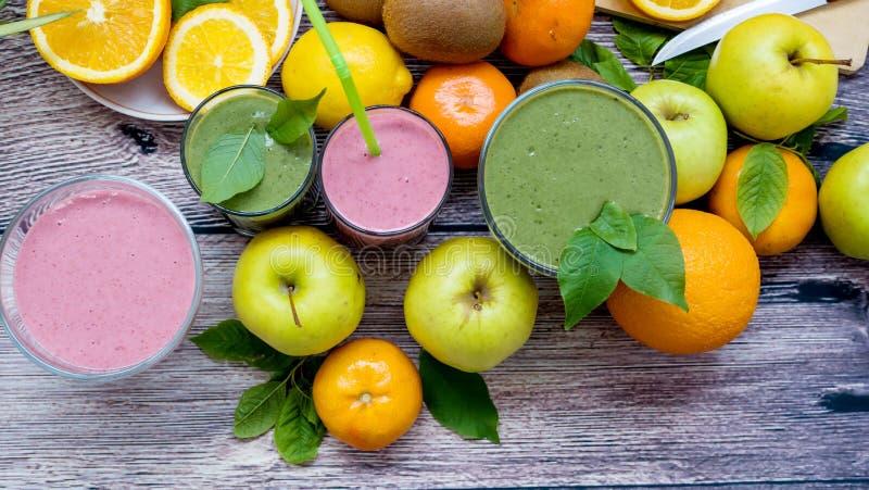 Jagodowi i jarzynowi smoothies i dojrzała owoc zdjęcie stock