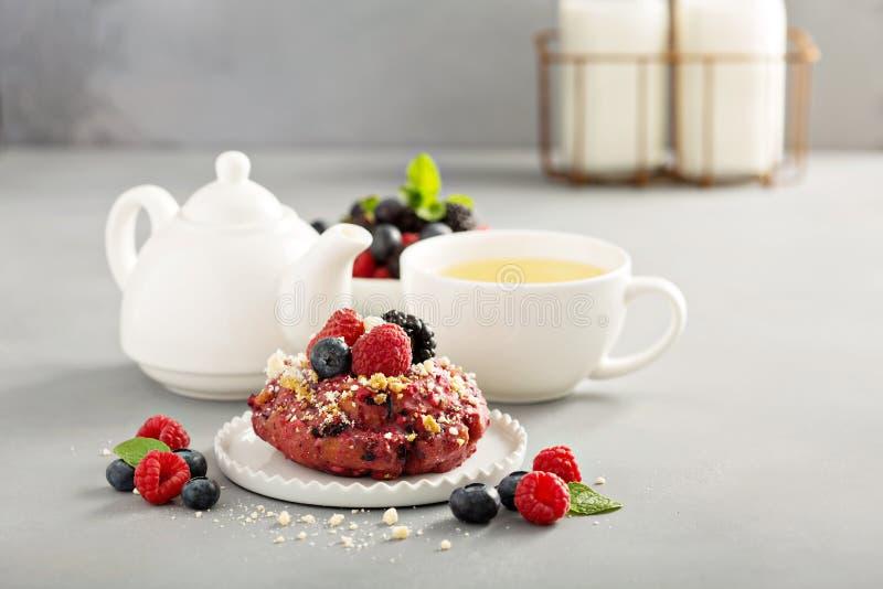 Jagodowi shortcake donuts z herbatą zdjęcia stock
