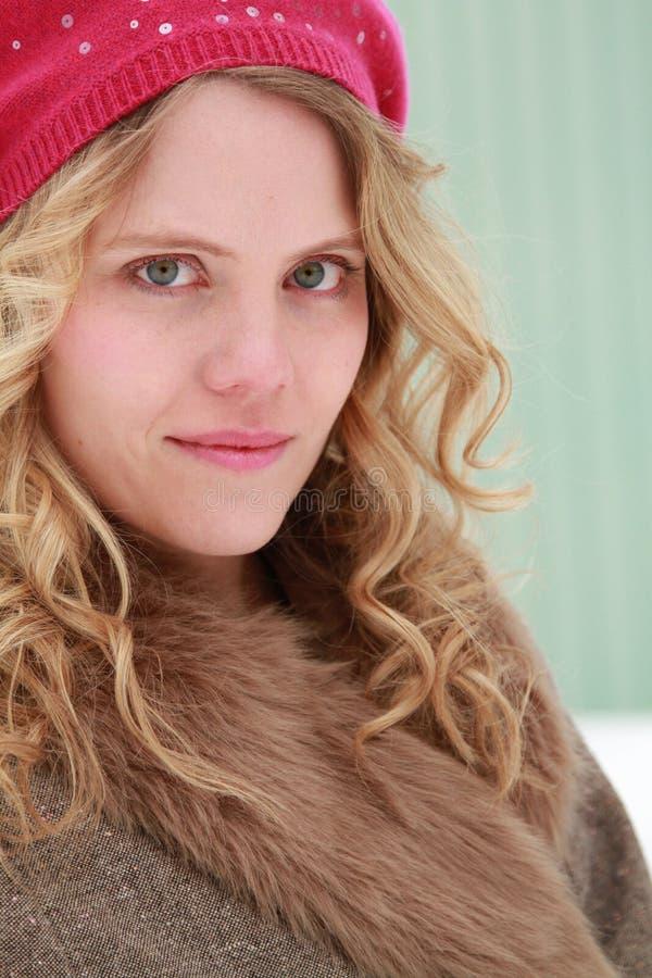 Jagodowy beret zimy kobiety portret fotografia stock