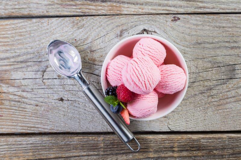 Jagodowy lody z świeżymi owoc fotografia stock