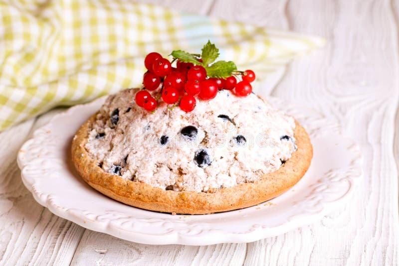 Jagodowy tarta, kulebiak, tort z bluberries, czerwony rodzynek i śmietanka, fotografia stock