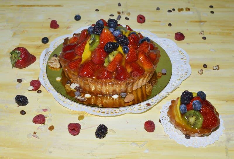 Jagody, kiwi i mango na wierzchołku custard, zasychają zdjęcie stock