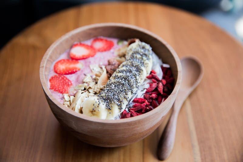 Jagody smoothie puchar z truskawk?, banan i godi ceed na drewnianym stole zdjęcie royalty free