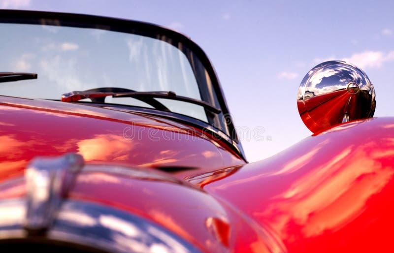 Jaguar rojo clásico viejo en la playa fotografía de archivo