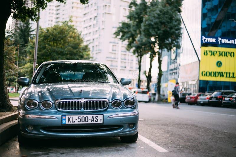 Jaguar X-typ bil som parkeras i gata X-typ är Tillträde-nivå en lyxig bil som tillverkades och marknadsfördes av Jaguar arkivbild
