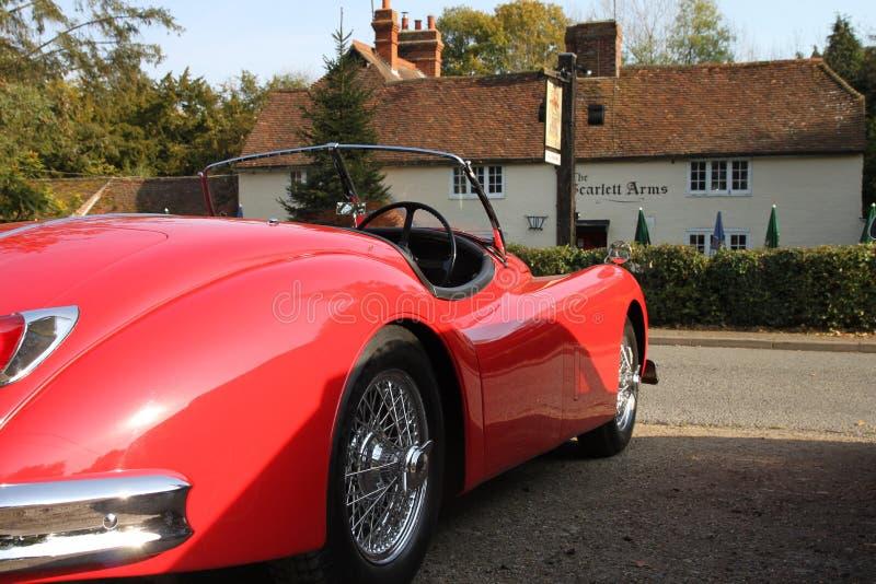 Jaguar XK120 en dehors de la taverne de Scarlett Arms dans Surrey l'angleterre photo stock