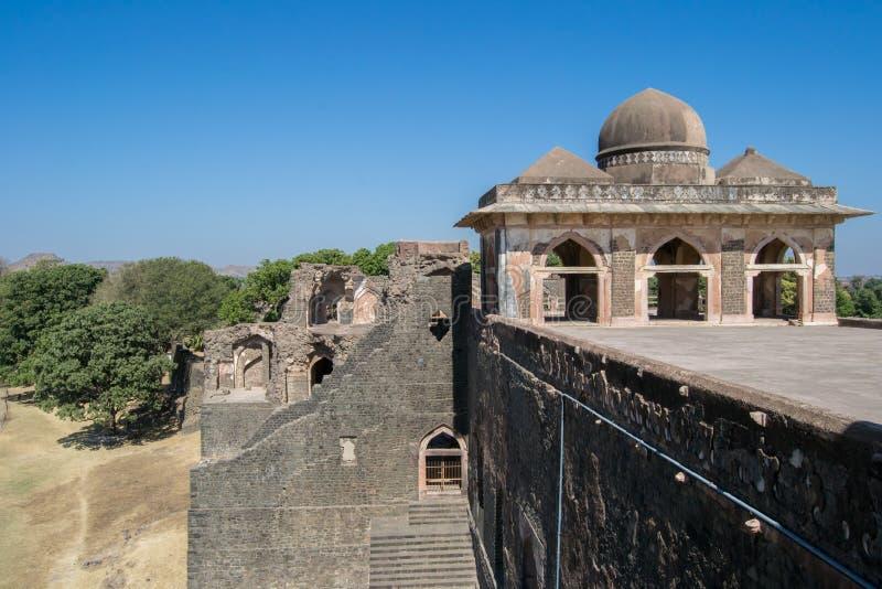 Jahaz Mahal för Mandav historiska skeppslott kupoler arkivbilder