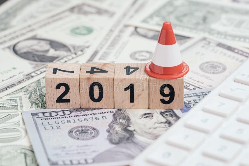 Jahr 2019 finanziell, Budget oder Schuldkonzept, hölzerner Würfelblock mit Zahlgebäudejahr 2019 mit Festlegung oder Reparaturverk lizenzfreie stockfotos