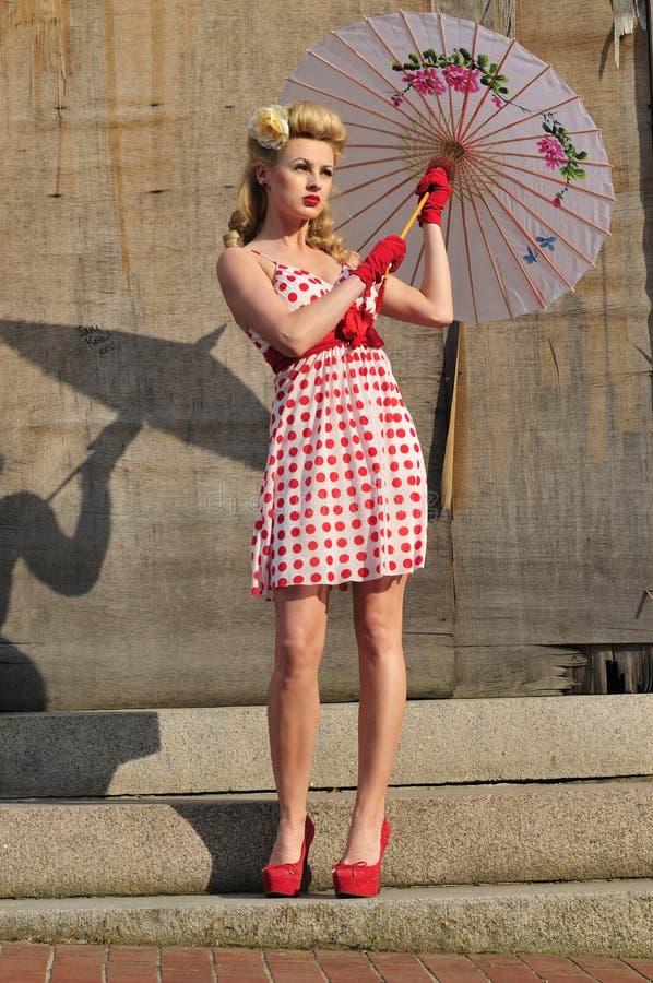 Jahr-Starlet mit Regenschirm lizenzfreie stockfotografie