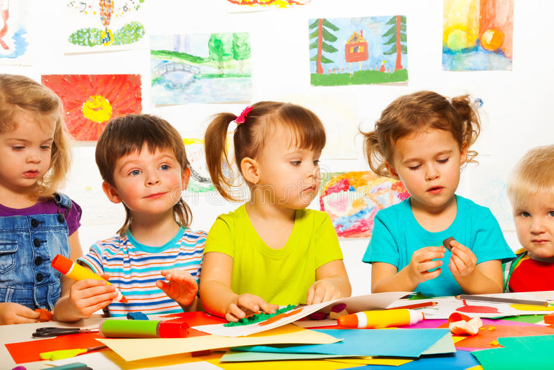 3 Jahre alte kreative Kinder lizenzfreies stockfoto