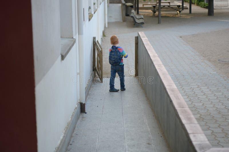 5 Jahre alte redheaded Junge, die gehen zu schulen lizenzfreie stockfotografie