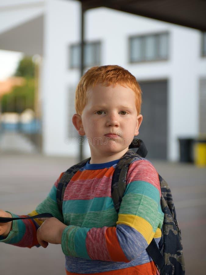 5 Jahre alte redheaded Jungenporträt Betrachten der Kamera stockfoto