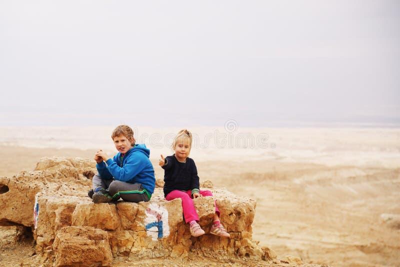 5 Jahre Mädchen mit ihren autistischen 8 Jahren alten Bruder lizenzfreie stockfotos