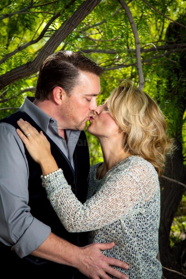 Jahrestags-Porträt eines Küssens des verheirateten Paars lizenzfreie stockfotografie