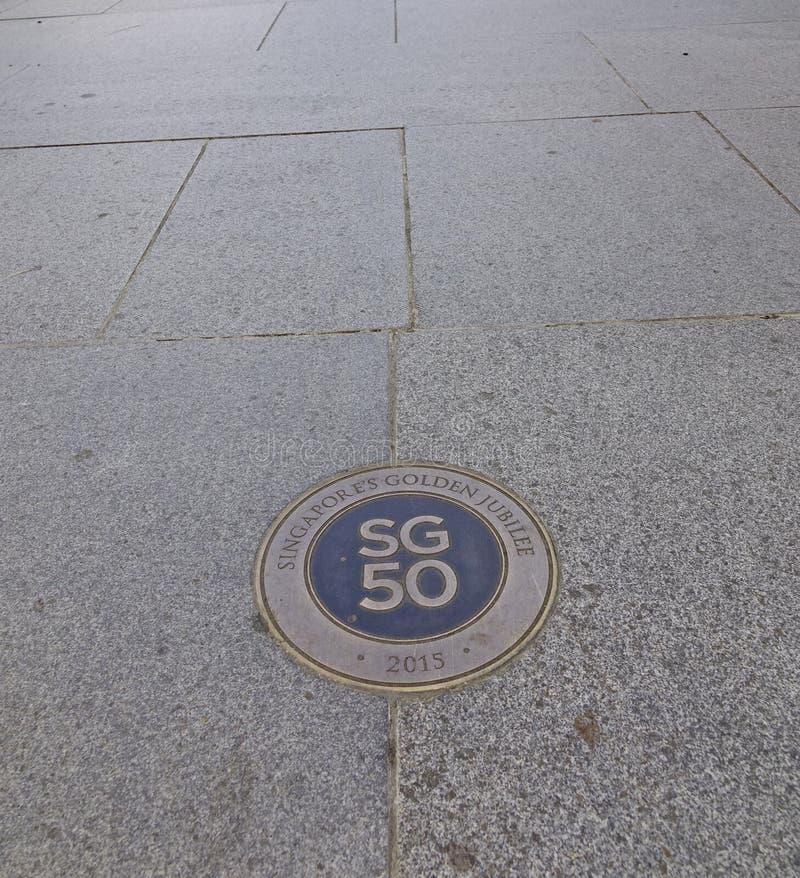 Jahrestagslogo Singapurs 50. auf Straße stockbild