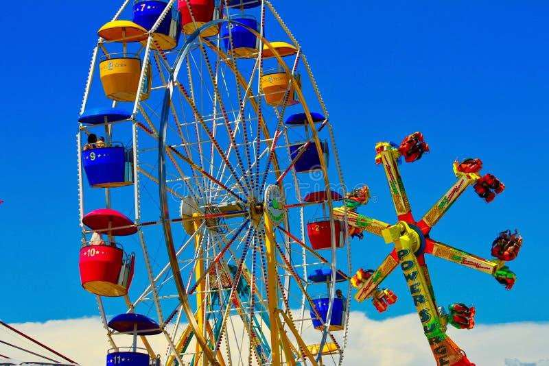 Jahrmarkt-Karnevals-Fahrten lizenzfreies stockbild