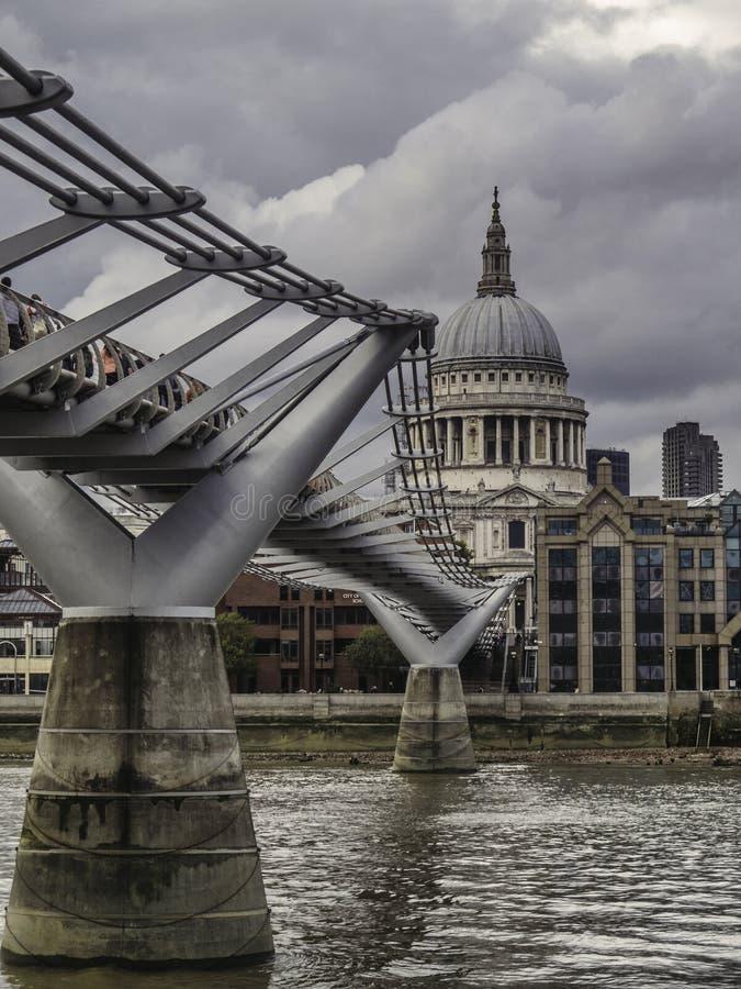 Jahrtausend-Brücke und St. Pauls Cathederal lizenzfreie stockfotografie