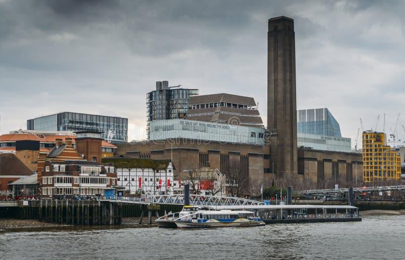 Jahrtausendbrücke mit Tate Modern- und Shakespeare-` s Kugel Gebäude im Hintergrund auf der Themse stockbilder
