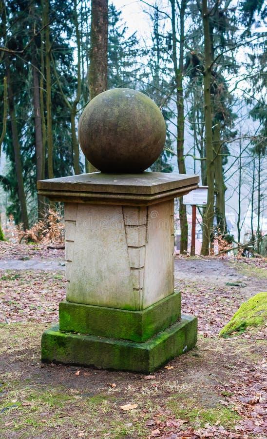 Jahrtausenddenkmal wurde auf einem konservierten Grundstein errichtet und stockbilder