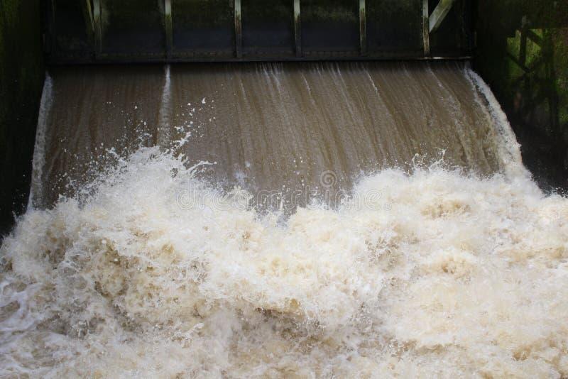 Jaillissement de l'eau par des serrures de canal photos stock