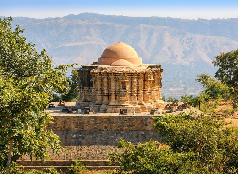 Jain tempel i det Kumbhalgarh fortet, Rajasthan, Indien royaltyfri foto