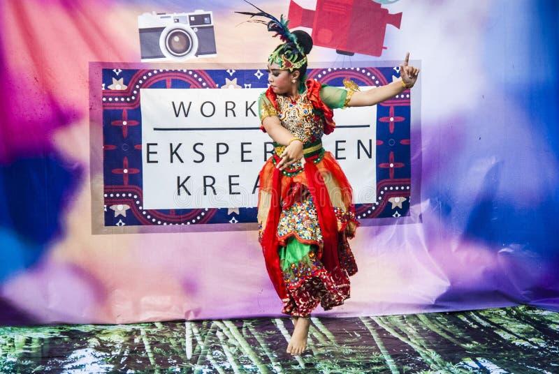 Jaipong-Tänzer auf der Stadiumsausführung lizenzfreie stockfotografie
