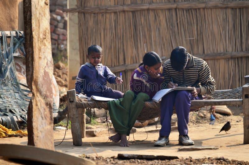 Jaipur, Índia - 30 de dezembro de 2014: Crianças desconhecidas que fazem trabalhos de casa em casa em Jaipur fotografia de stock royalty free